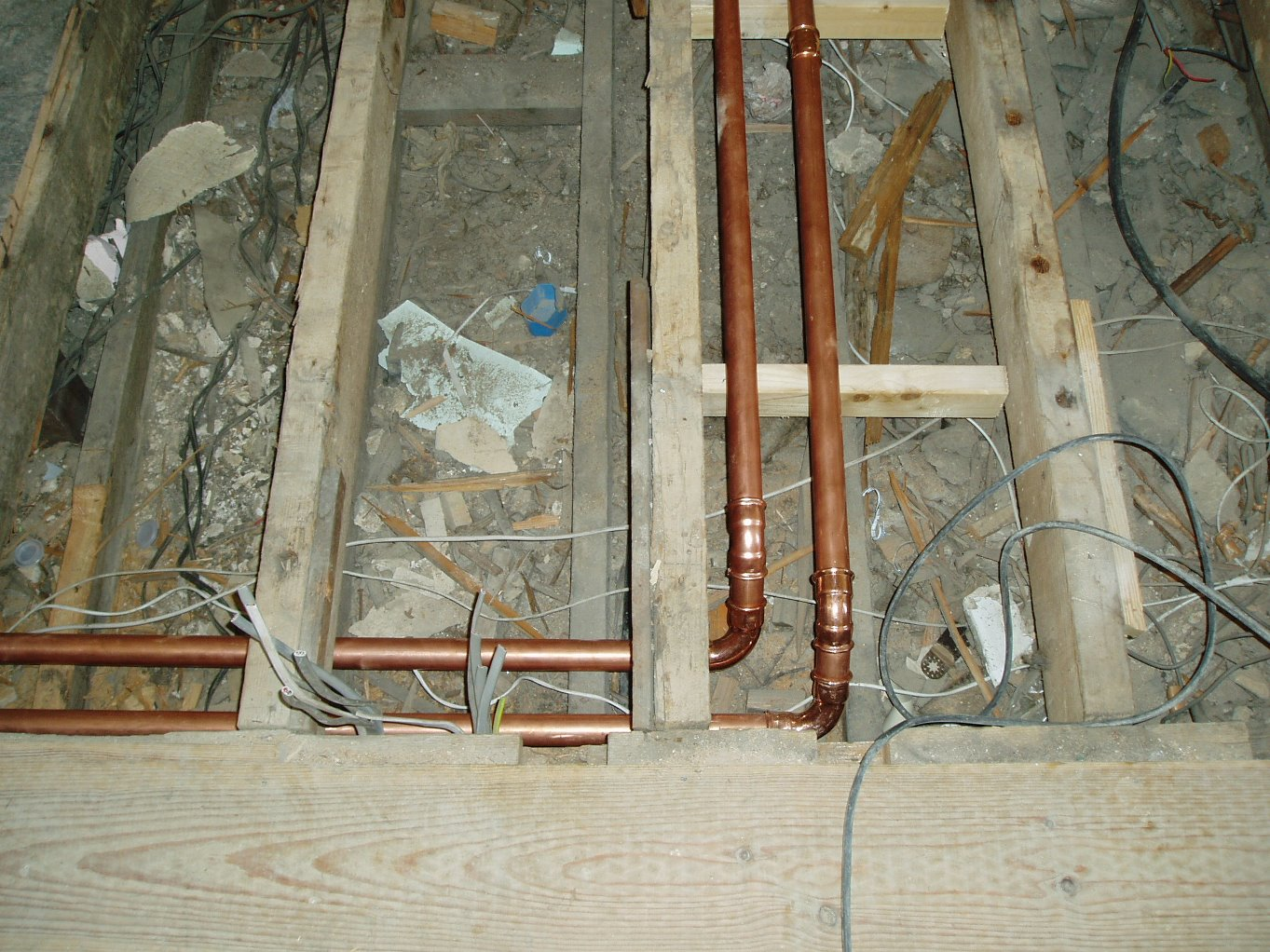 Heating pipes and cabling on the first floor